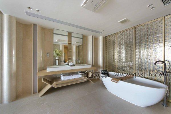 这幢11000平方英尺的房子位于澳门南侧的泰帕岛。房主和一个老人和三个孩子住在一起。了解业主的需求,设计师将空间改造成一个更实用、更适合家庭居住的房子,利用植物墙营造出舒适清新的生活环境。     在功能上,设计师在生活区重新布置楼梯,为业主创造一个有效和宽敞的居住空间。除了扩大居住面积之外,这位设计师还为两个儿子设计了两间卧室,为女儿和祖母设计了两间相当大的套间卧室。一个完整的套房,一个主套房的卧室,一个开放的屋顶休息区作为一个天空花园,一个壮观的海景,一个宽敞的步入式的壁橱,和立体的房间。设计者特意在