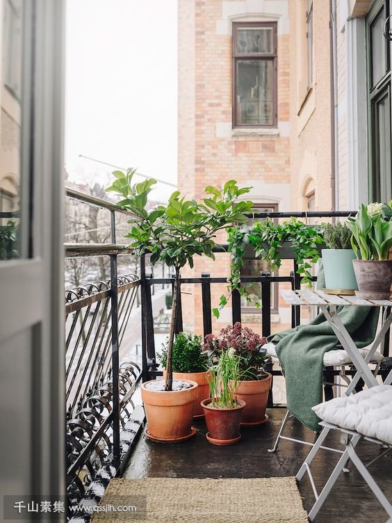 25-folding-furniture-and-potted-greenery-are-all-you-need-for-a-small-balcony.jpg