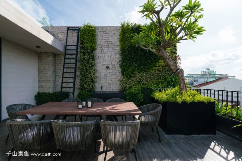 10-Green-walls-and-beautiful-large-planters-complement-the-open-terrace-giving-it-a-spectacular-look-775x517.jpg