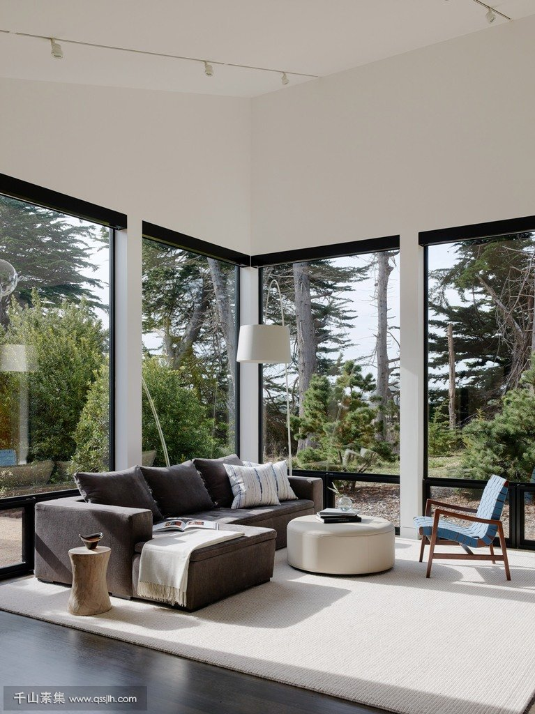 07-The-living-room-is-designed-so-that-it-seems-that-the-furniture-is-placed-right-in-the-forest-an-incredible-idea-to-connect-to-nature.jpg