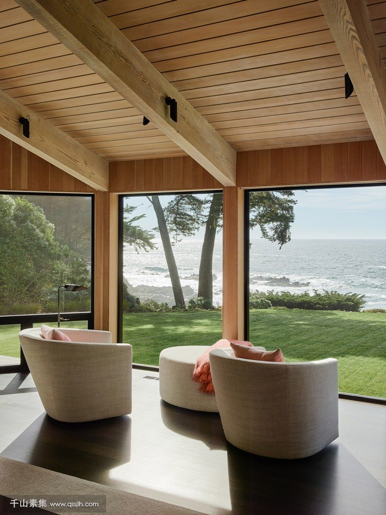 04-Every-space-here-is-aimed-at-enjoying-the-views-look-at-these-windos-and-a-comfy-sitting-zone-by-them-isnt-it-amazing.jpg